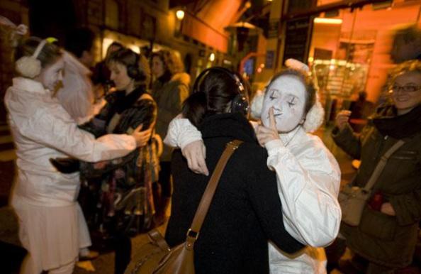 A Paris des clowns subventionnés agressent les passants !